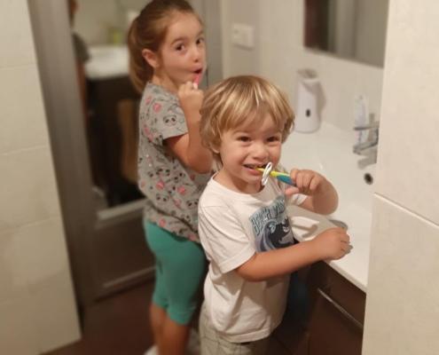 Enseñar a los niños a cuidar sus dientes