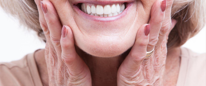 Cuidado de la boca en personas mayores Clínica Dental Achútegui